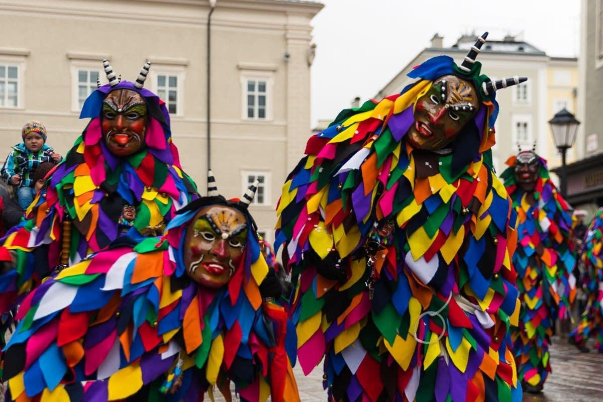 Maskengestalten am Residenzplatz, Salzburg.