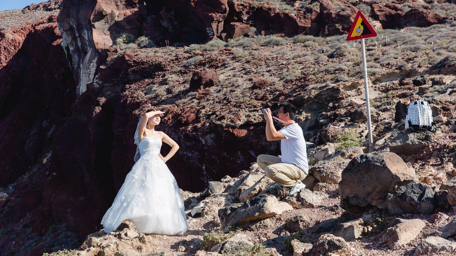 Hochzeitfoto am roten Strand