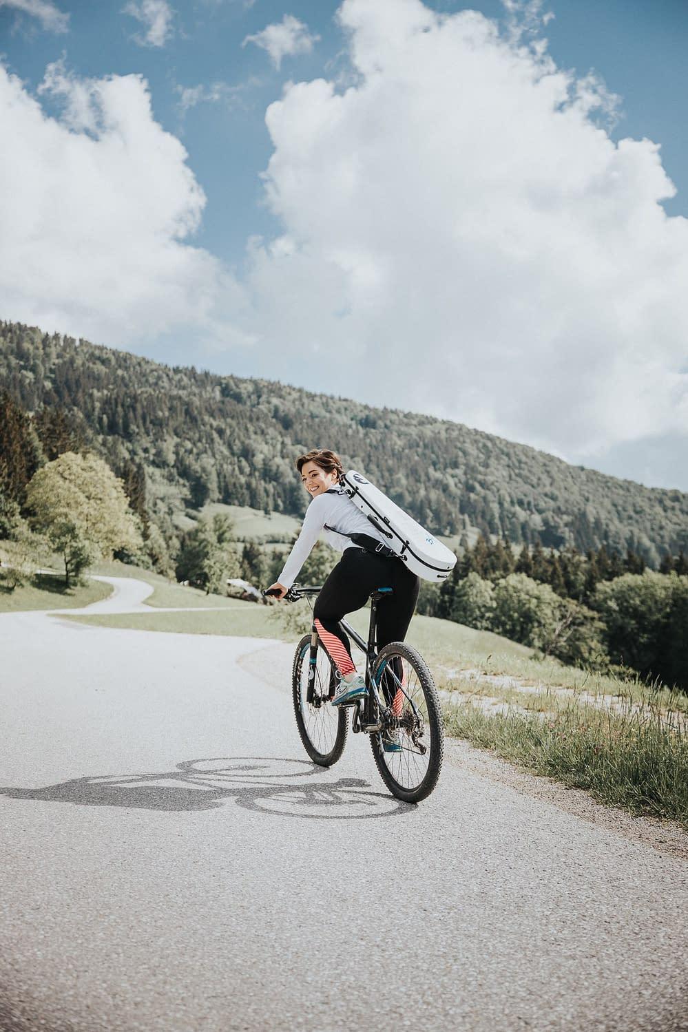 Künstler Portrait am Fahrrad mit Franziska Stromayer