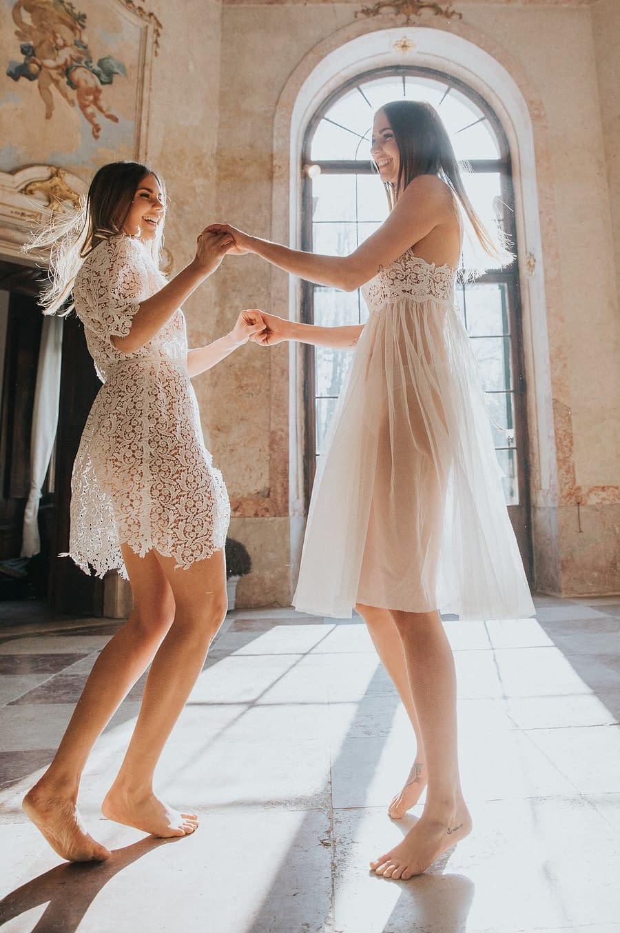 Portrait Twins Editorial - Tanzende Zwillinge in Kleidern von Das Kleid Salzburg
