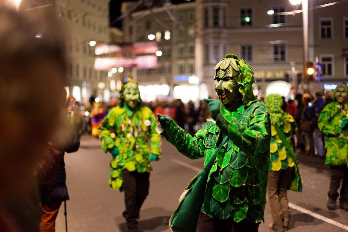 Kostüme / Maskengestalt, tanzt auf der Staatsbrücke, Salzburg.