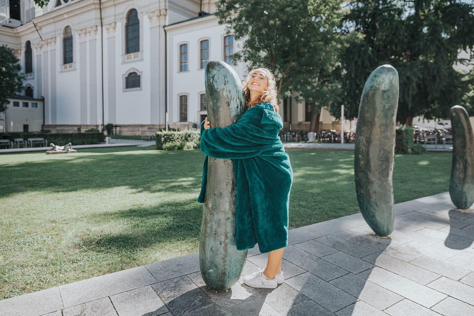 Model: Luisa umarmt die Gurken im Furtwänglerpark in der Altstadt von Salzburg.