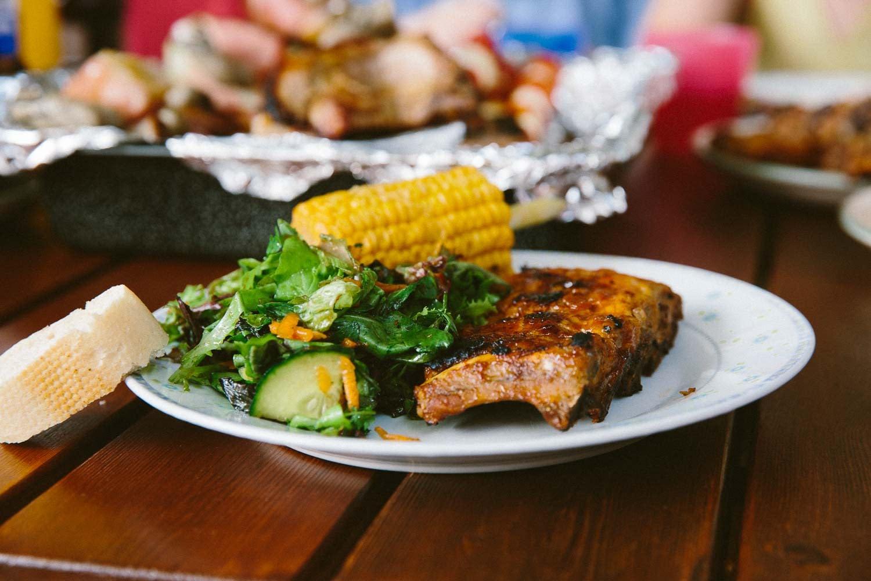 Butterweichen und perfekte Spareribs mit Salat und Mais
