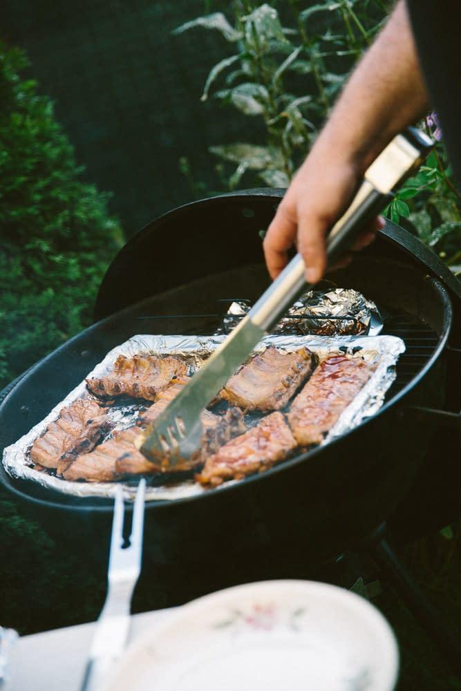 Butterweichen und perfekte Spareribs am Griller